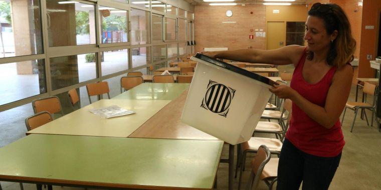 Ceci López, mare de l'Escola Mediterrània, amb l'urna que el centre escolar han guardat de record
