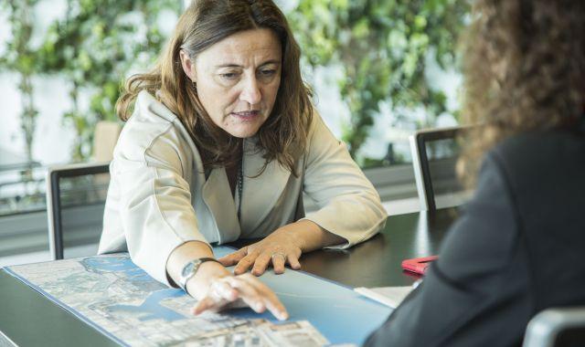 La presidenta del Port de Barcelona explica les finalitats de les terminals del port | Àngel Bravo