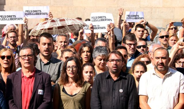 Sindicats, entitats i institucions es manifesten a la plaça Sant Jaume contra la sentència | ACN