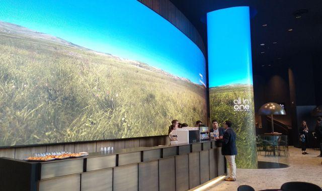 Les pantalles i la cafeteria de l'entrada de la 'flagship' de Caixabank a Barcelona
