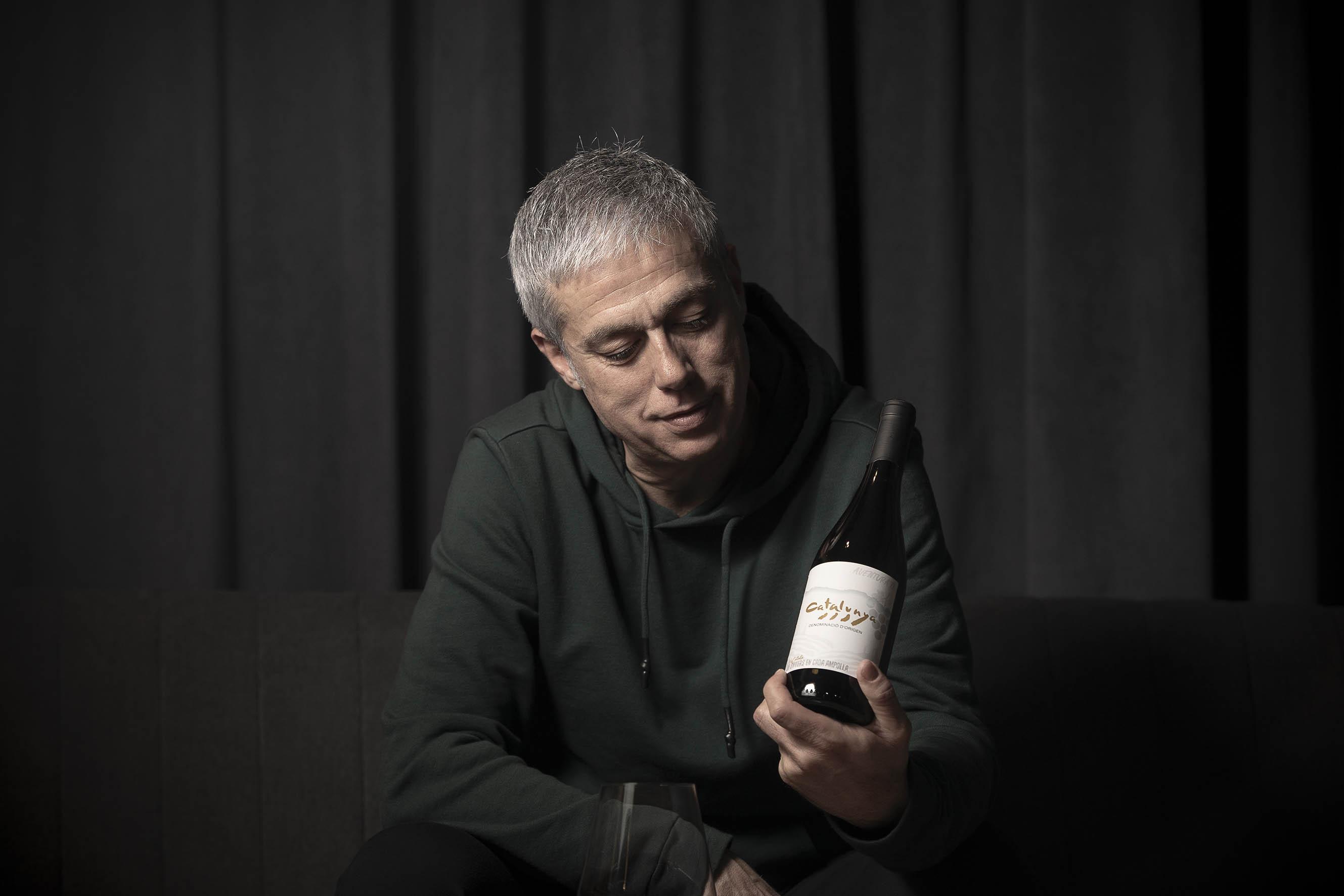 Albert Om, amb una ampolla de vi negre de la DO Catalunya / Jordi Play