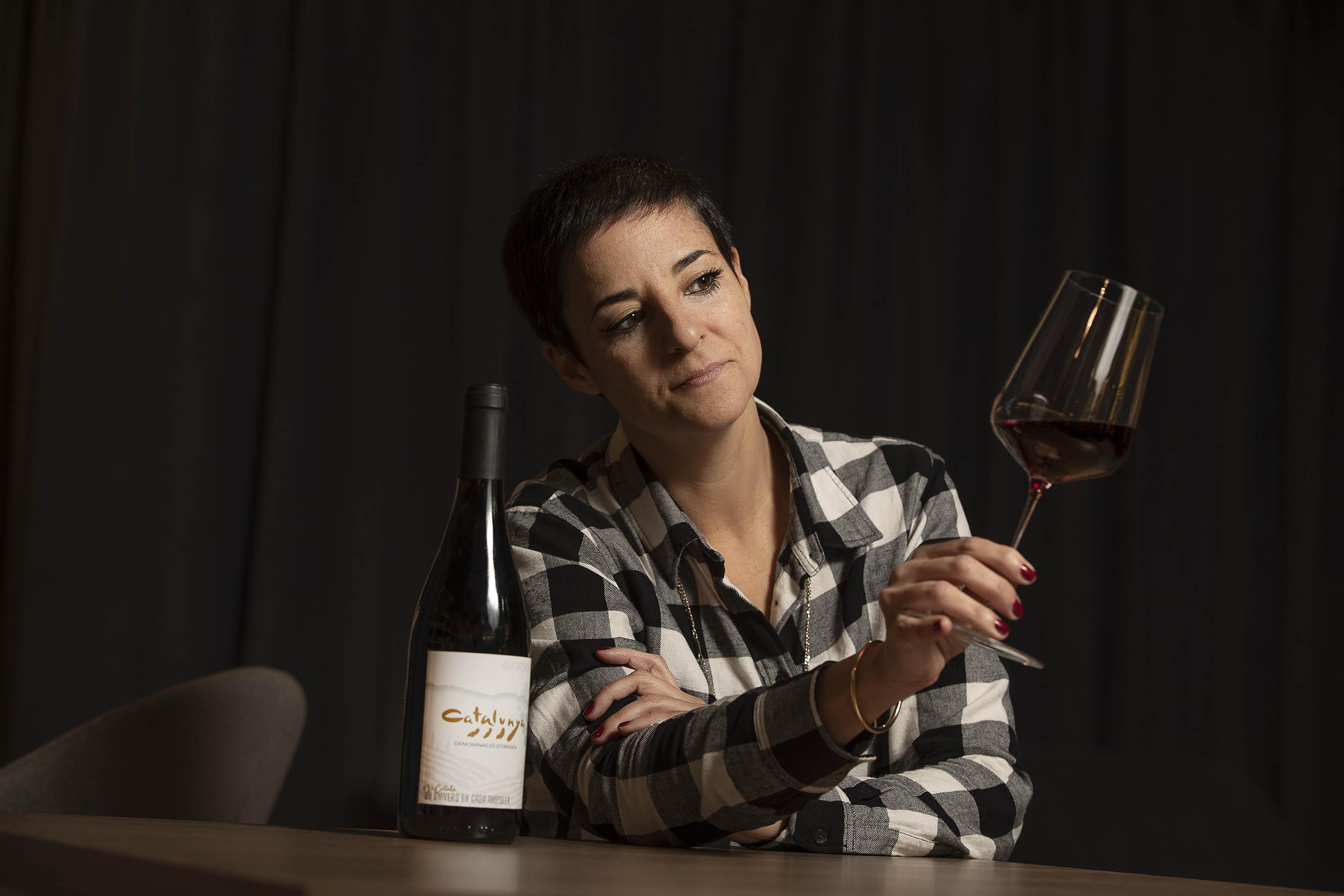 La periodista i escriptora Gemma Ruiz amb una copa de vi de la DO Catalunya / Jordi Play