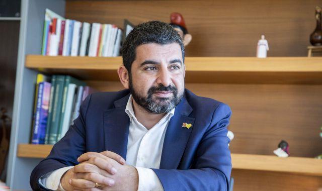 El conseller de Treball, Chakir El Homrani, al Departament d'Afers Socials | Àngel Bravo