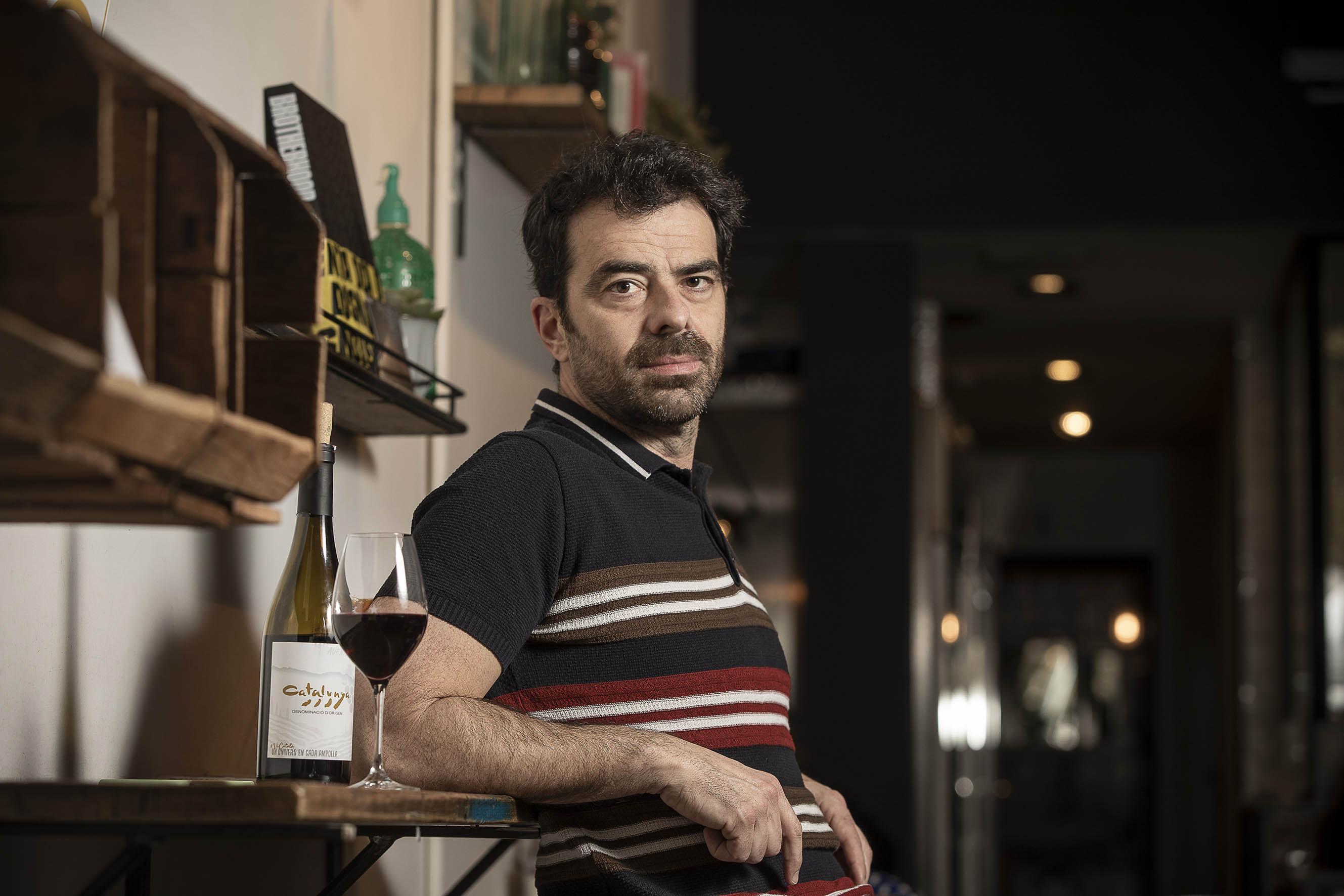 David Selvas, amb una copa de vi negre / Jordi Play