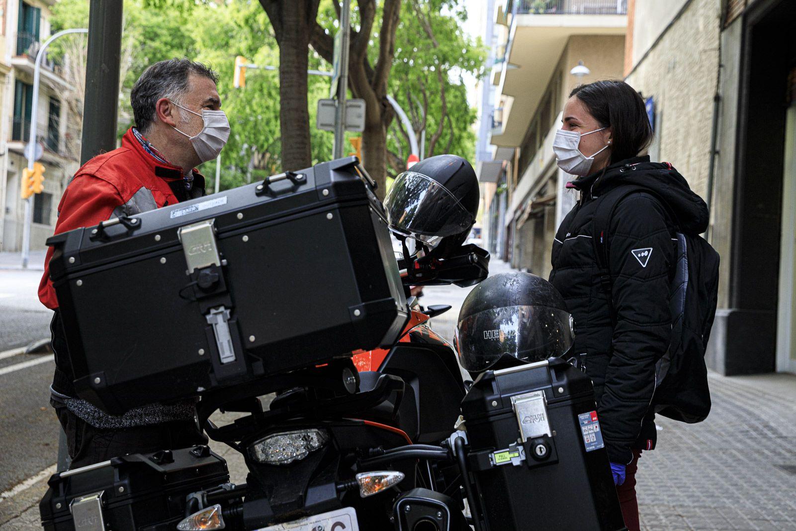 L'Anton i la seva filla esperen els encarrecs per lliurar amb la moto