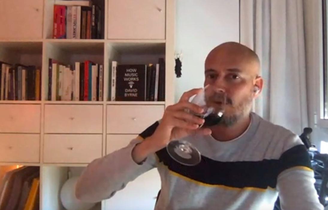 Guille Milkyway, de La Casa Azul, ha escollit un vi dolç per maridar-lo amb l'entrevista / Skype
